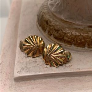 Small gold vintage shell shaped earrings